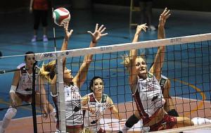 Irene Cano y Bea Vázquez salta en un bloqueo (Foto: deportesmenorca.com)