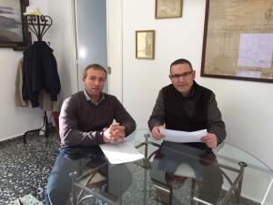 El alcalde Lluís Camps y el jefe d ela Policía Local con la memoria 2014