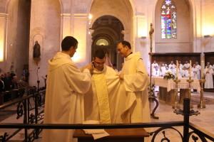 Llorenç Sales i Joan Miquel Sastre, revistiendo a Camps. FOTO. - Bisbat de Menorca