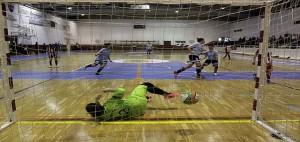 Momento en el que Begoña marca de penalti y celebración posterior (Fotos: deportesmenorca.com)