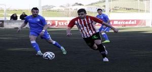 Xiscu trata de avanzar ante varios adversarios (Fotos: deportesmenorca.com)