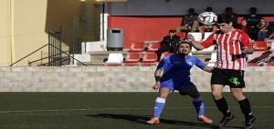 Marcos golpea el balón ante Sergi.
