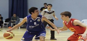 Dani García bota la pelota ante el UCAM (Foto: deportesmenorca.com)