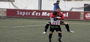 Xiscu y Lacueva se abrazan tras el segundo gol (Fotos. deportesmenorca.com)