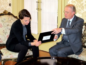 Duran, presidenta del Parlament, recibe el informe de manos de Terrasa. FOTO.- TSJB