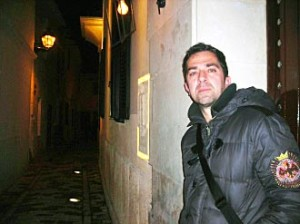 Pere Cervantes, autor de 'No nos dejan ser niños', en Ciutadella.
