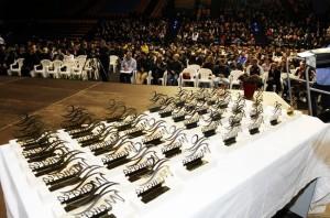 Panorámica con los trofeos, premiados y público en la gala (Fotos: Tolo Mercadal)
