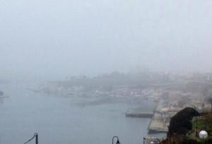 Imagen del puerto de Maó cubierto por la niebla (Fotos: Nando Andreu)