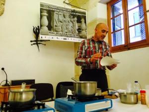 El chef Doro Biurrun elaborando la receta de Fra Roger con chocolate. Foto: Associació Fra Roger.