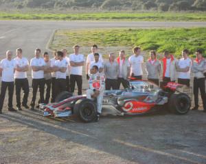Lewis Hamilton y su equipo en Menorca en 2008.