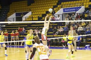 Dos acciones del partido entre IBSA y Avarca, que se repetirá en play off (Fotos: RFEVB)