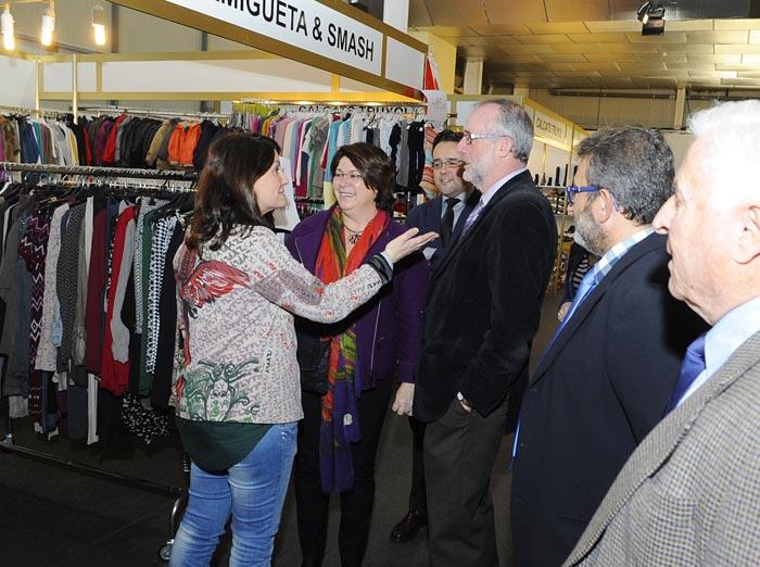 Lourdes Cardona hablando con los comerciantes en el recinto ferial