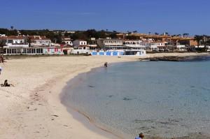 Playa de Punta Prima, con los restaurantes junto a la playa al fondo. FOTO.- Archivo