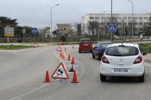 La señalización sobre la calzada advertía a los conductores. FOTO.- Tolo Mercadal
