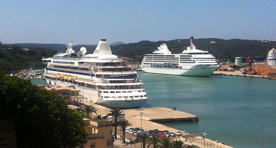 Cruceros en el puerto de Maó. FOTO.- Archivo