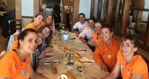 Las jugadoras, comiendo hoy en dirección Logroño (Foto: Volei Ciutadella)