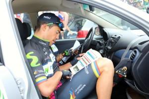Torres, en el coche del equipo (Foto: Movistar Team Ecuador)
