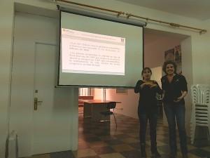 Una técnico del SEIB y una intérprete del lenguaje de signos ofrecieron las explicaciones oportunas. FOTO.- CAIB
