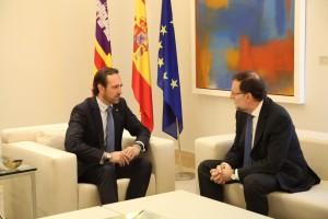 Bauzá conversando con Rajoy en el transcurso de su encuentro en La Moncloa.