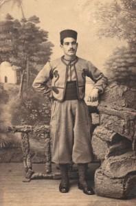 Un menorquín con el ropaje típico de los zuavos.