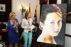 La alcaldesa Misericòrdia Sugrañes junto a Fanni Timoner y la obra 'Fràgil'. Foto: Tolo Mercadal.
