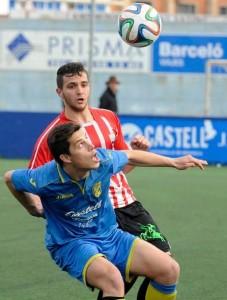 Xiscu y Biel pugnan por un balón (Fotos: Tolo Mercadal)