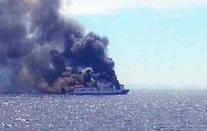 La embarcación envuelta en una intensa humareda. FOTO.- @HerranzBernardo