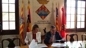 La consellera Núria Riera y el alcalde Ramón Sampol, firmando el convenio. FOTO.- Ayto. Ciutadella