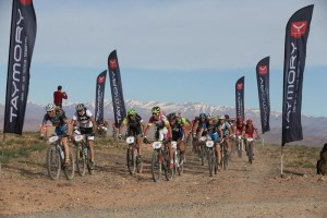 Los ciclistas, hoy en la primera etapa (Foto: Titan Desert)