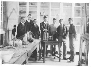 El Gabinete de Física y Química del Instituto en el convento. Colección IES Joan Ramis i Ramis.