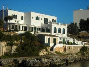 El hotel Bahía de la cala de Santandria de Ciutadella.