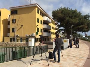 Los medios, haciendo guardia en el cuartel de la Guardia Civil (Foto: Tolo Mercadal)