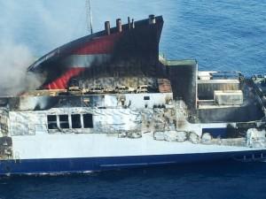 El ferry humeaba tres días después del incendio y la temperatura oscilaba entre 70 y 200 grados centígrados. FOTO.- OPC Baleares