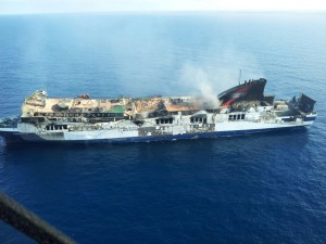 El ferry, todavía humeante, esta mañana, en aguas baleares. FOTO.- OPC Balears