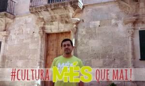 Manel Martí, candidato al Parlament, frente a Can Saura. FOTO.- MPM