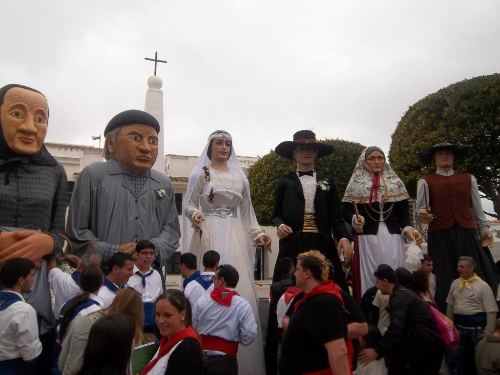 Los gigantes de Sant Lluís, en el centro, junto a los padrinos de su boda