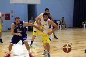 Miki Ortiz trata de alcanzar un balón (Fotos. deportesmenorca.com)