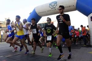 Quintana, de amarillo, en la salida (Foto: deportesmenorca.com)
