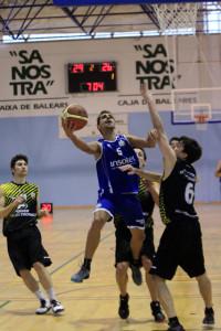 Pitu y Barbosa en dos acciones del partido (Fotos: deportesmenorca.com)