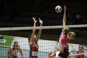 ernanda Gritzbach remata ante Irene Cano (Fotos: deportesmenorca.com)