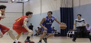 Pitu Jiménez bota la pelota (Foto: deportesmenorca.com)