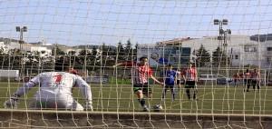 Berto ejecuta la pena máxima (Fotos. deportesmenorca.com)