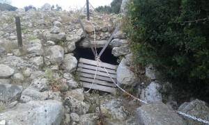 La puerta de la sala, cerrada con cadenas (Foto: PSM Més per Menorca)