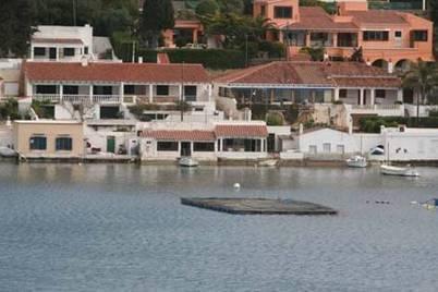Batea de marisco en el puerto de Maó