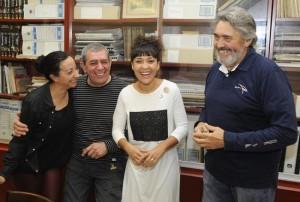 El director Manel Navarro con algunos de los integrantes de la compañía. Foto: Tolo Mercadal.