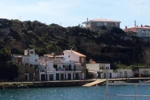 Vista de las casas que existen en esta zona del puerto de Maó. FOTO.- Archivo