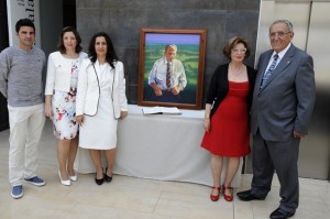 La familia Mercadal, junto al cuadro del fundador. FOTO.- Tolo Mercadal