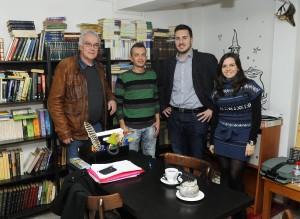 Gomila, a la izquierda junto con miembros de la entidad que presidía.