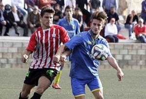 Izan y David Mas pelean por un balón en el partido de la primera vuelta (Foto: deportesmenorca.com)