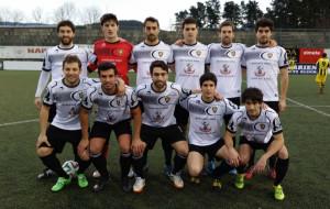Equipo y celebración de un gol del Gernika (Fotos: Deia)